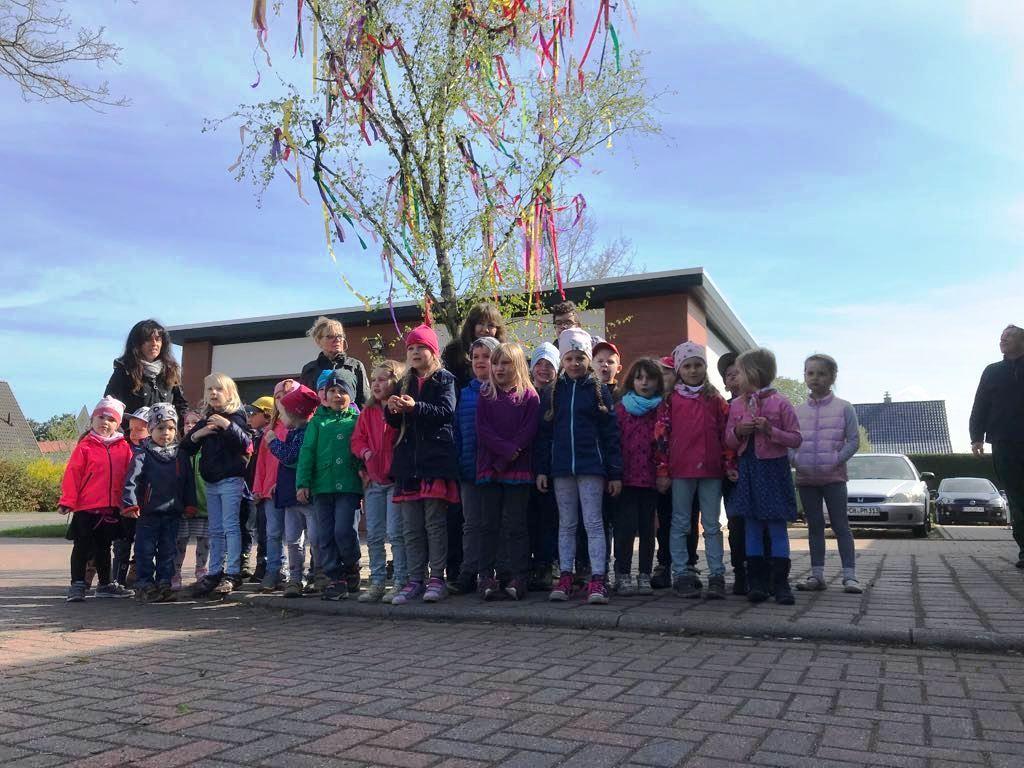 30. April 2018 – der Maibaum in Pinnow ist gesetzt